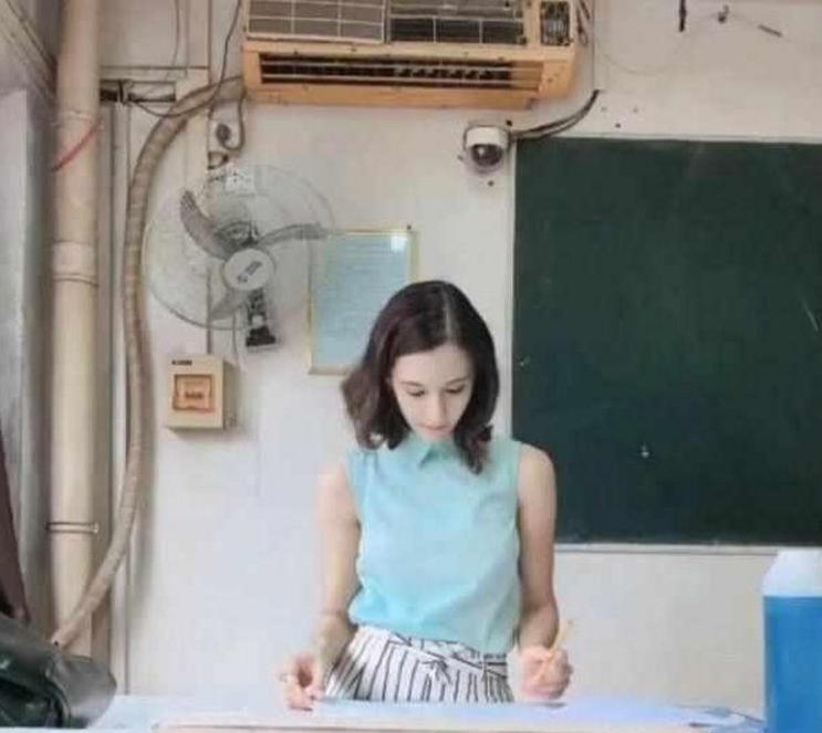 """河南大学""""最美""""外教火了,不料被教室空调抢镜,网友笑惨了!"""