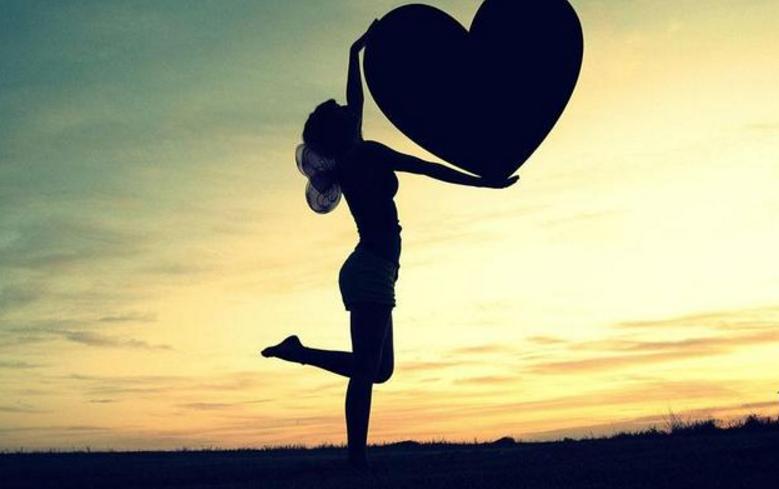 一个女人真心的爱上你了,会有哪些行为?