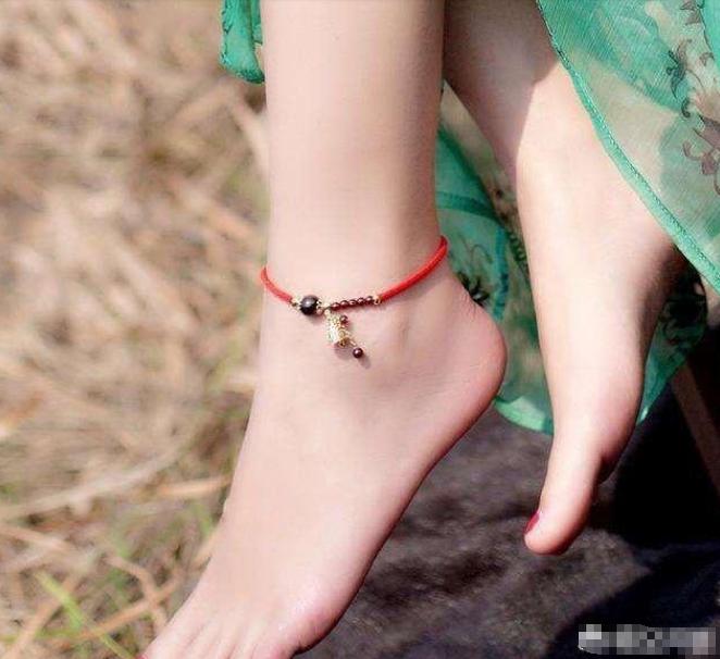 在农村为什么女人喜欢在脚上系一根红绳,有什么说法吗?